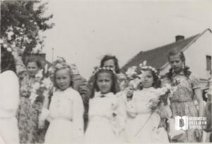 Procesja dzieci pierwszokomunijnych (w środku Alina Kowalska)