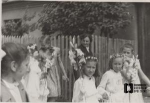 Procesja dzieci pierwszokomunijnych ( w środku planu Alina Kowalska)