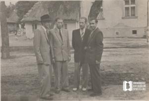 Wojciech Czepiec, Henryk Kowalski, Kazimierz Czepiec i Mieczysław Sułkowski na tle chałupy Czepców