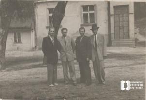 Kazimierz Czepiec, Henryk Kowalski, Mieczysław Sułkowski i Wojciech Czepiec na tle chałupy Czepców