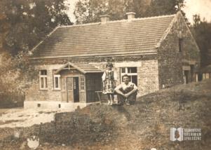 Dom Andrzeja Musiała przy ul. Zielony Most. Fotografia z siostrą, Wiktorią Porębską (z d. Musiał), i NN przed domem
