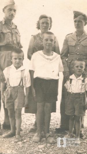 Palestyna. Jan Nawrocki (mąż Danuty Nawrockiej) z rodzicami i rodzeństwem w trakcie służby w Armii Andersa