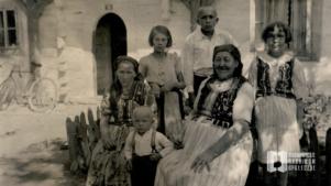 Trzy generacje Trąbków przed chatą przy ul. Zielony Most 78