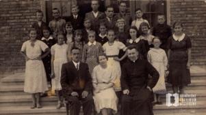 Maria Trąbczanka (Rydlowa), Maria Mikołajczykówna, Maria Spyrłakówna- grupowa fotografia szkolna