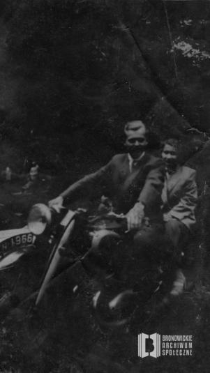 Maria Nosal z Józefem Nosalem na wypożyczonym motorze w Bielanach