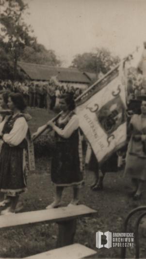 Uczestnicy procesji Bożego Ciała podążają ul. Katowicką