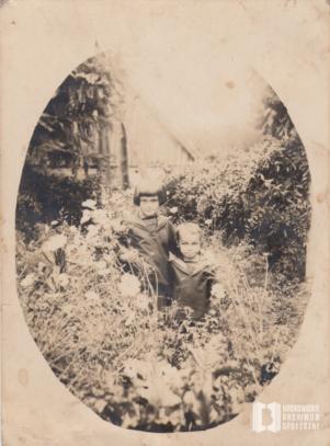Janina Bierlit i Jerzy Bierlit w ogrodzie