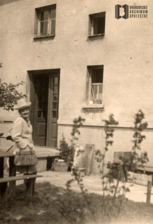 Alojza Malina przed domem