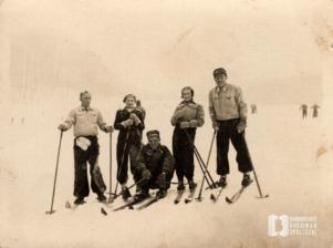 Bronowianie z ul. Przybyszewskiego na nartach w Lesie Wolskim