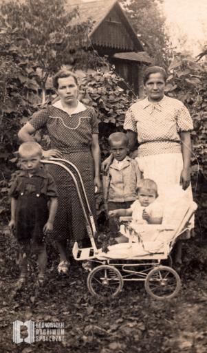 Józefa Młodzianowska z dziećmi w towarzystwie koleżanki