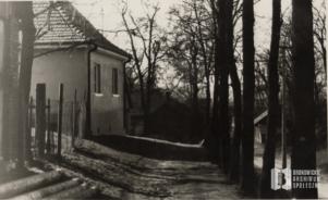 Dom Mikołajczyków przy ul. Zielony Most. W dole stodoła Trąbków