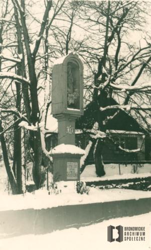 Kapliczka słupowa z figurą Matki Bożej przy ul. Katowickiej. Pejzaż zimowy