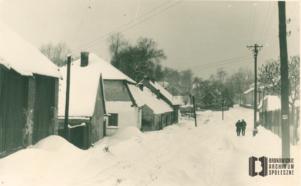 Ul. Tetmajera. Po lewej stodoła Knapów, dalej domy Klimów, Bryłów, Kosoniów i Czepców. Pejzaż zimowy