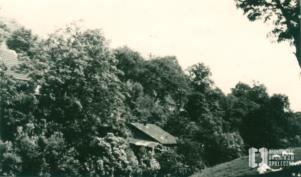 Struga Bronowicka. W dali dom Szczerbów